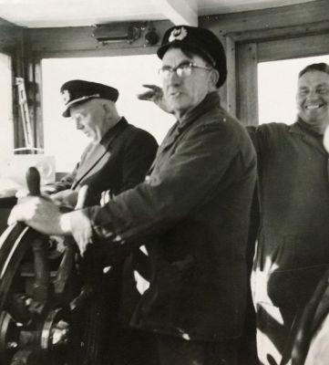 Piet-de-Bier-aan-het-roer-van-de-veerboot-samen-met-Kapitein-Fekkes-en-Siebe-Visser